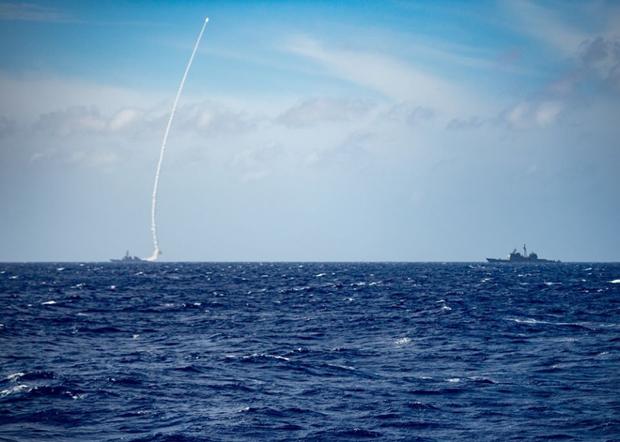 美國第七艦隊通過臉書發布圖片,顯示美軍貝瑞號驅逐艦向中共的「大門口」菲律賓海發射一枚導彈。(美國第七艦隊臉書圖片)