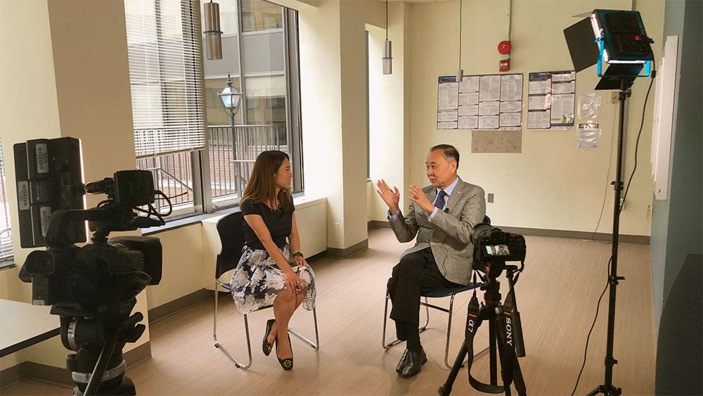 正在華府頓訪問的香港政論紅人袁弓夷,在本台總部專接受了粵語組的專訪。(霍亮喬 攝 / 2020年6月17日)