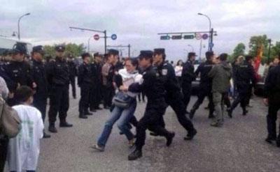 有示威者被警察强行抓走。(目击者提供)