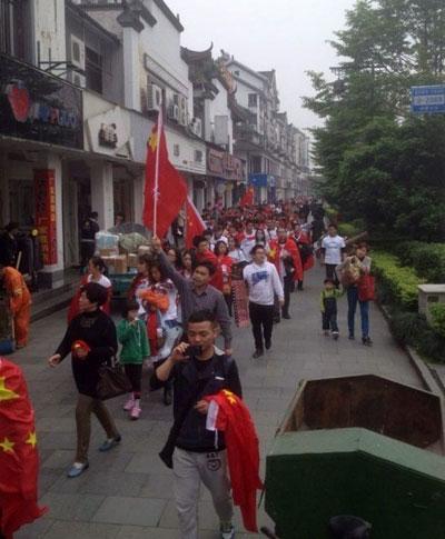 浙江省杭州市大批居民,從4月26日起連續兩日遊行,抗議興建垃圾焚燒場。(目擊者提供)