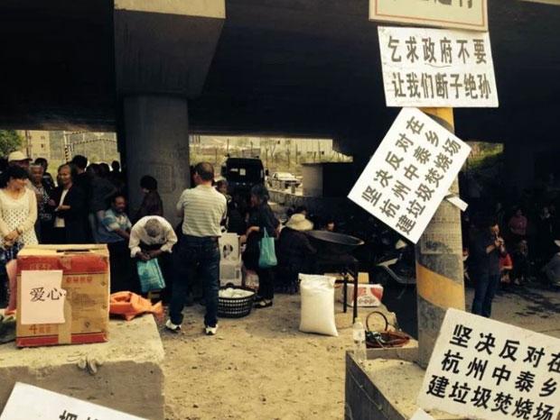 2014年5月8日,中泰鄉老百姓帶備煮食用品到焚化場選址用地,準備作長期抗爭,以阻止任何人動工。(村民攝)