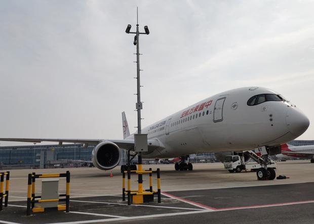 东航派出一架全新A350飞机专程护送中国红十字会赴意大利抗疫专家组9名医疗专家和31吨医疗物资,从上海直飞罗马。(大陆社交平台截图)