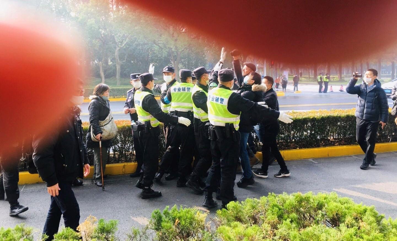 上海警察驅趕記者和聲援者。(陳建剛推特圖片)