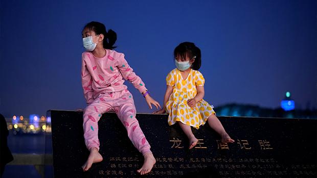 中国正式出台三孩政策 养育费高昂民间冷对
