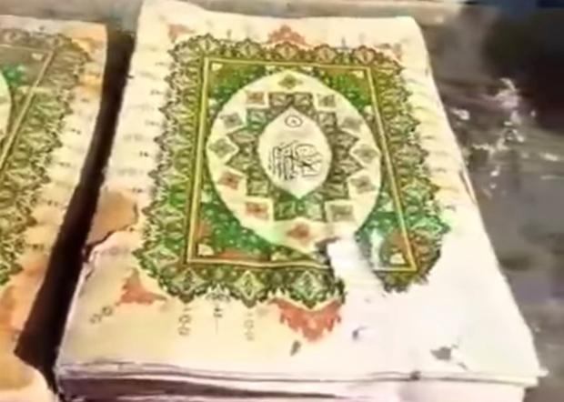 《可兰经》装在塑料袋内,完好无损。(视频截图)