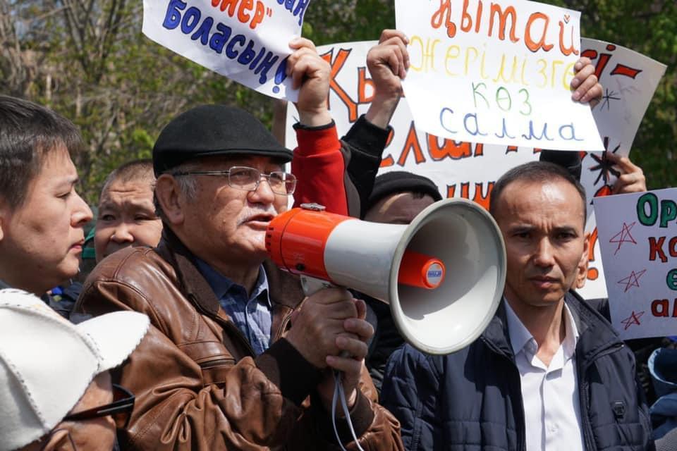 抗議者反對出租荒漠戈壁開發林業土地給外國人25年的條款。(哈薩克人提供)