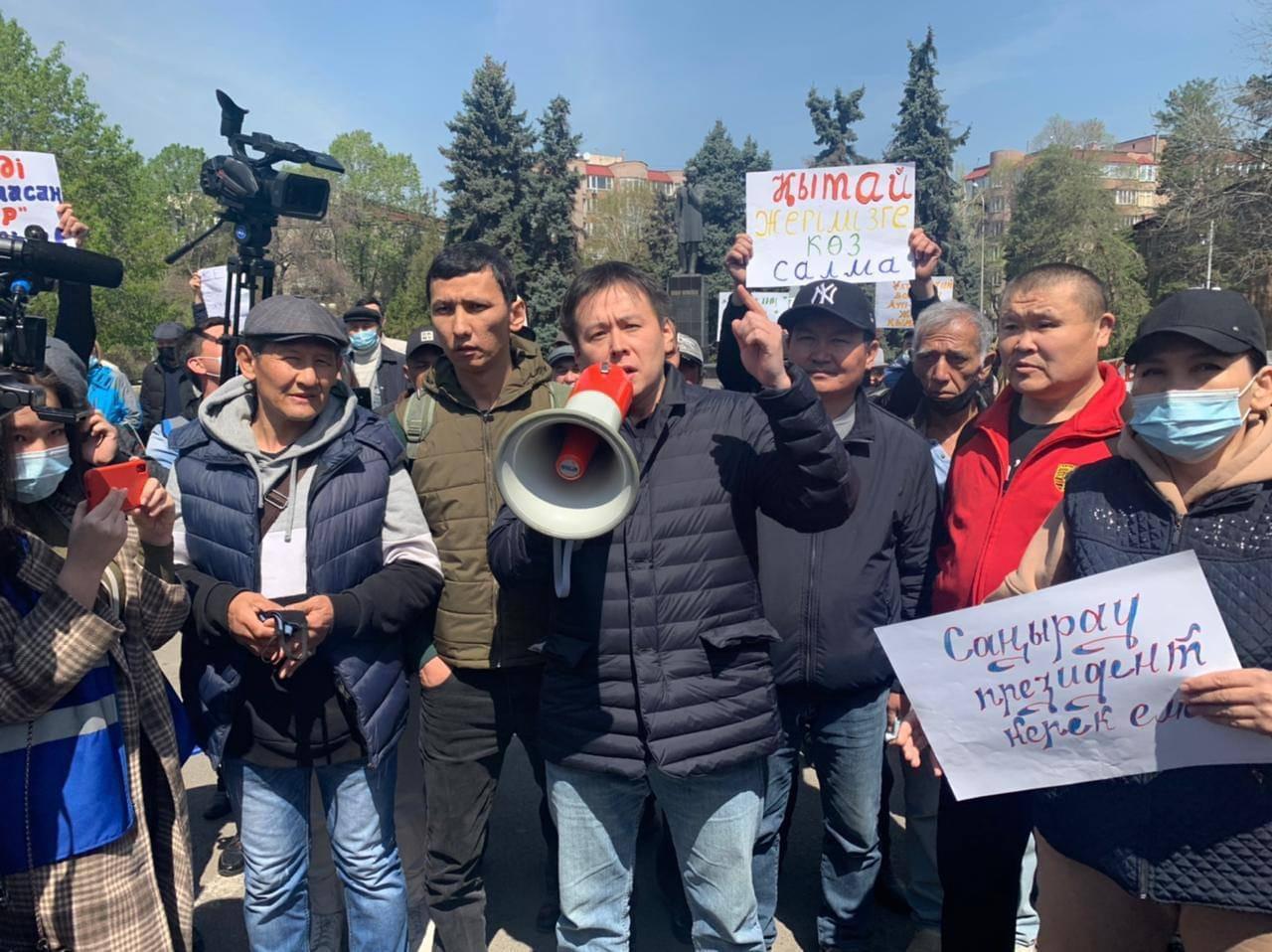 一位抗議者在現場發表演講。(哈薩克人提供)