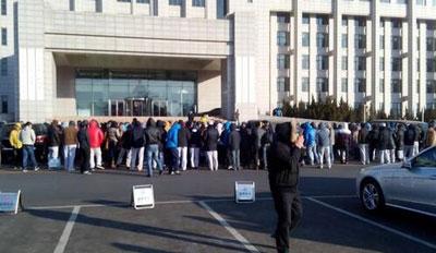辽宁省大连市一已倒闭的电子厂逾千名下岗工人,周三(1月8日)集体到金州区政府,抗议厂方拒付赔偿金。(现场人士提供)