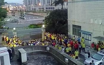 恒信金属制品公司位于深圳市龙岗区横岗镇的厂房,数百名员工周二(8月20)集体在厂区内罢工,抗议公司无理将年满50岁的工人裁退。(相片由现场人士提供)