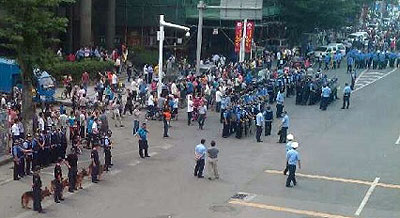 工人堵塞厂房外道路讨薪,当局出动大批警察和多头警犬到场戒备。(现场人士提供)