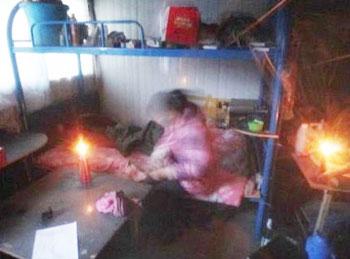 工人3個月仍未拿回工錢,工棚斷水斷電,內裡沒暖氣,並要點蠟燭照明。(照片由工人提供)