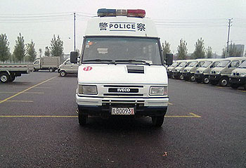 周三(11月7日)安县政府派来两部警车和十多名警察,威胁农民工立即撤离。(相片由六四天网提供)