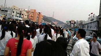 工人堵路期間,令附近一帶交通一度十分擠塞。(相片由工人陳先生提供)