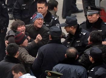 1月14日,北京市50名農民工衝破齊家園外交公寓的保安防線,到一名建築公司老闆的住宅外抗議欠薪,大批武警在住宅門外排成人牆,阻止民工衝入屋內。(AFP PHOTO/Mark RALSTON)