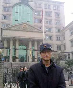 重慶網民方洪聽完宣判後,從埑江縣法院走出來。(照片來自黃成城微博)