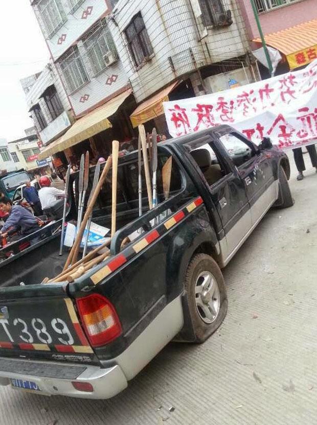 4月6日,近百名疑受村官指使的持械打手,进村砍伤两名护地村民,两人伤重送院,及后大批村民赶到现场,打手四散,载有凶器的车辆被村民缴获砸毁。(村民提供)