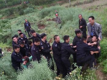 4月11日,眉山市彭山縣黃豐鎮派兩百多人進村收地,數十名護地村民阻止時發生衝突,有四名村民被打傷送院,另有八名村民被抓。(村民提供)