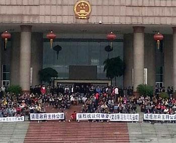 兴业县对塘村逾千村民周一(10月28日)集体到县政府办上访,抗议祖坟土地遭霸占,要求当局解决问题。(村民阎女士)