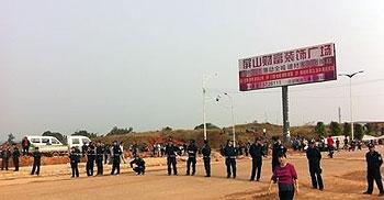 示威者周二堵塞交通,现场大批警察拉警戒线禁止示威者前进。(相片由现场人士提供)