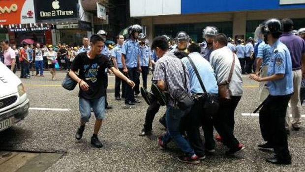 2014年5月17日,御景湖畔業主抗議途中,遭到警方鎮壓,有業主被警員抬走。(業主攝)