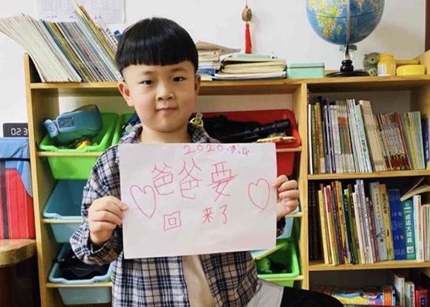 709律師王全璋被捕後,兒子泉泉已漸漸長大,他在家中等待父親歸來。(李文足推特圖片 / 拍攝日期不詳)