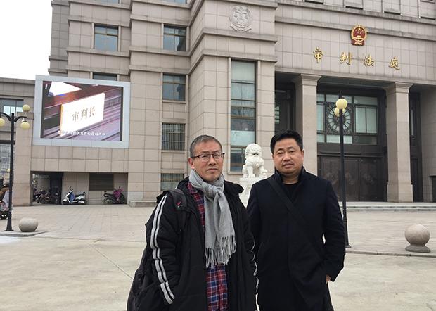 余文生的兩位代理律師謝陽(右)和常伯陽譴責徐州司法機關在余文生案上嚴重違法。(許豔提供 / 拍攝日期不詳)
