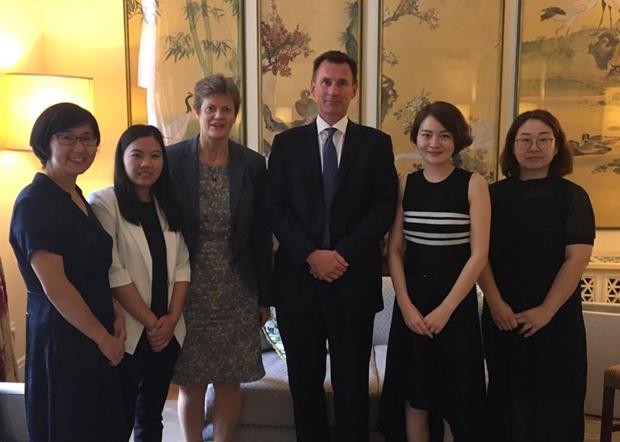 2018年英國外交大臣享特(Jeremy Hunt)訪問中國時與709妻子王峭嶺(右一)、李文足(右二)、余文生的妻子許豔(左二)、「709大抓捕」第一人王宇律師(左一)會面。周三(9日)遭當局限制出行。(李文足提供 / 拍攝日期不詳)