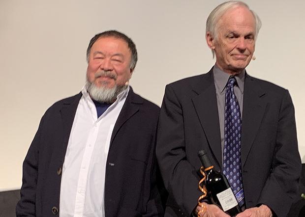 發起人之一的美國漢學家林培瑞(右)表示,贊同艾未未(左)對中國病毒的表述,認為體制及中國政府打壓言論自由之毒甚於武漢肺炎病毒。(吳亦桐 攝 / 2019年5月)