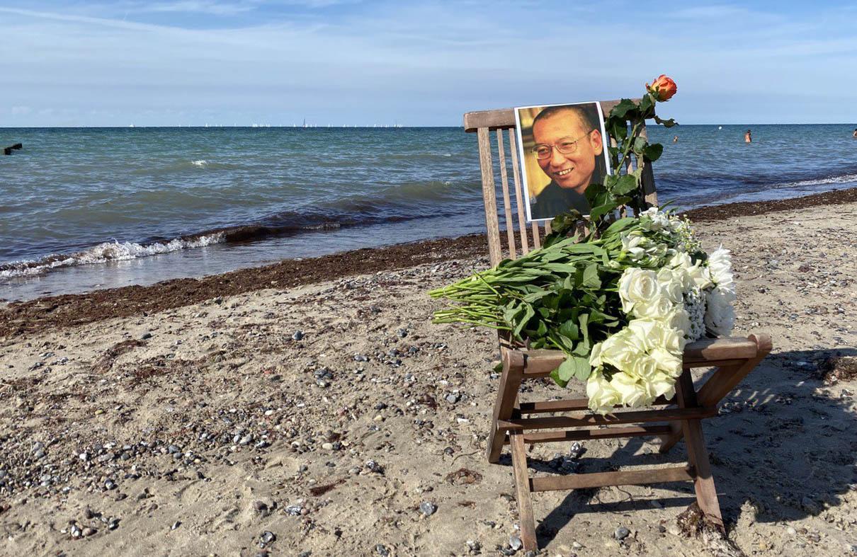 2017年7月13日,诺贝尔和平奖得主刘晓波「被肝癌」去世,中共当局为免世人纪念,将其骨灰撒向大海,但世界各国的人在刘晓波逝世日到海边进行纪念活动。 (吴亦桐 摄)