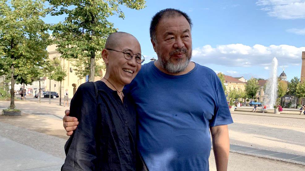 刘晓波的妻子刘霞(左)于2018年7月抵达柏林,作为刘晓波和刘霞的友人,中国艺术家艾未未(右)与刘霞会面。(吴亦桐 摄)