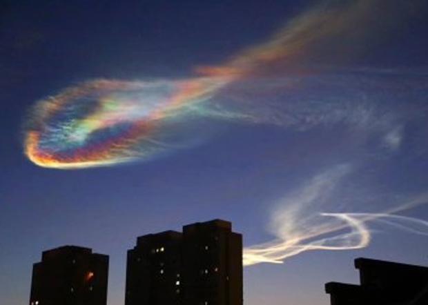 2019年12月22日,北京多地民眾看見導彈飛行留下的「七彩雲霞」。(微博圖片)