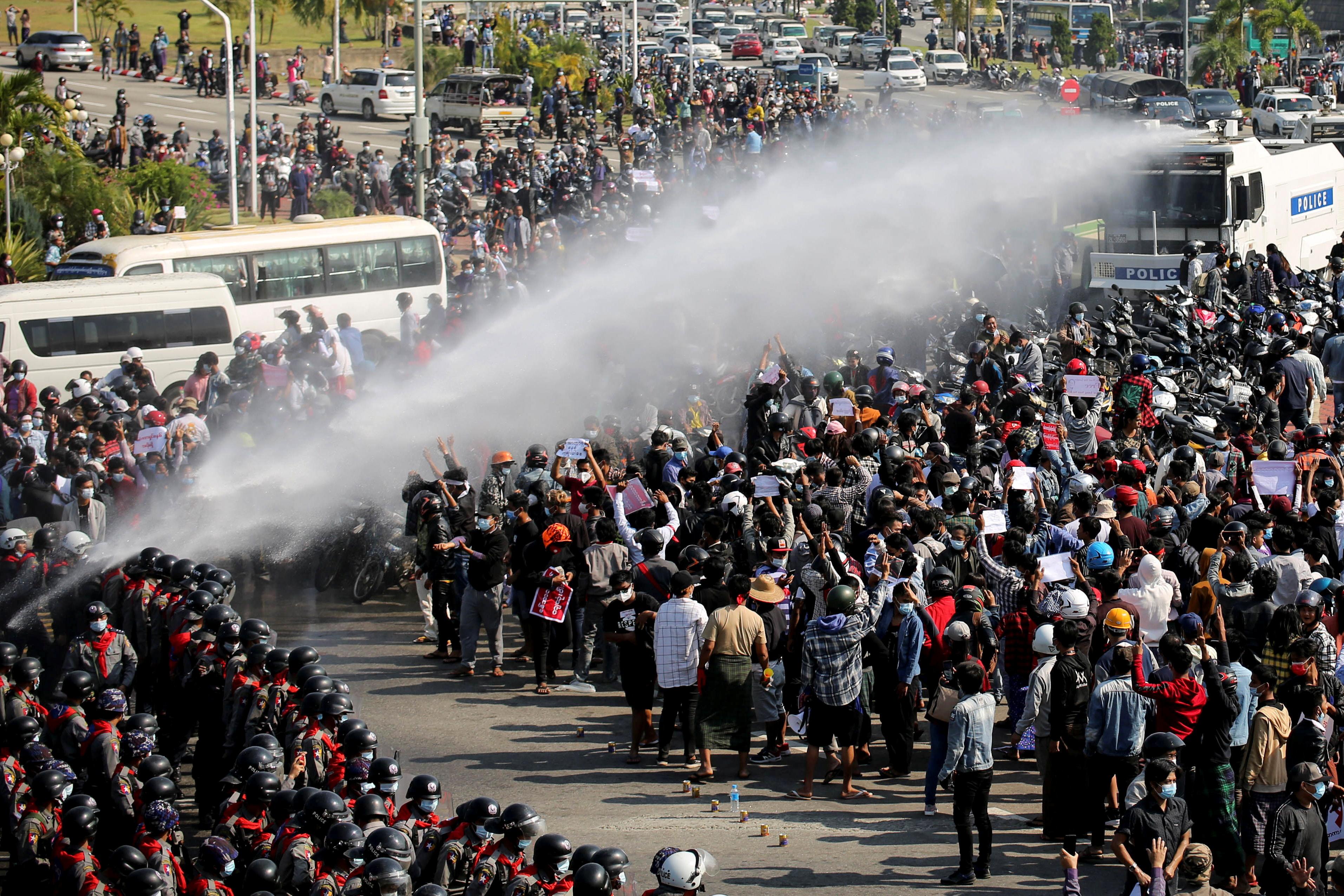 軍隊出動水炮對付示威者。(路透社)