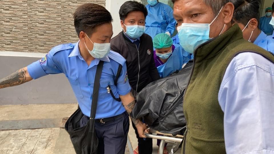 内比都有医院职员把一个包裹妙兑兑凯遗体的黑色胶袋抬上货车。(网络图片)