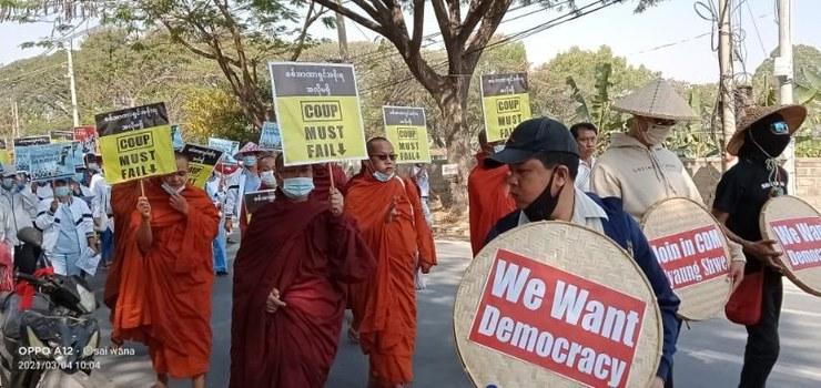 在緬甸娘瑞鄉(Nyaung Shwe Township),年輕僧侶也參與抗爭。(本台緬甸組圖片)