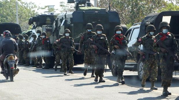 緬甸局勢動盪首見裝甲車街上巡邏 14國發聯合聲明籲軍警克制