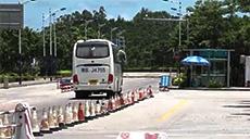 进入台山核电厂范围,出入车轮都须接受检查。(本台拍摄)