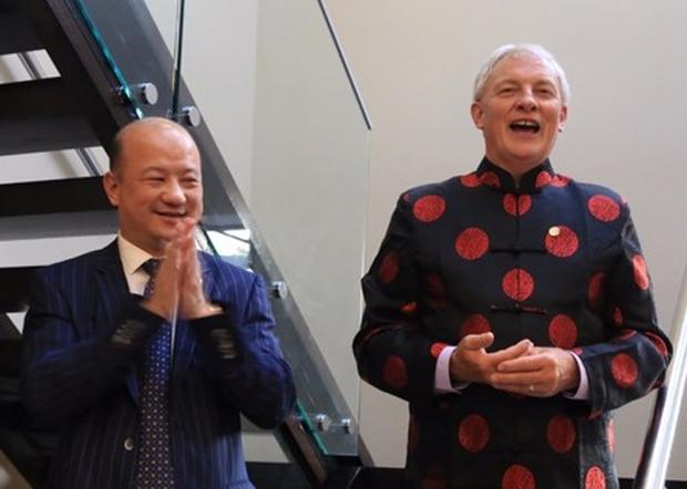 奥克兰市长高夫(右)近年与被起诉涉「政治献金」欺诈的新西兰侨领张乙坤过从甚密。(中新社微信公号 / 拍摄日期不详)