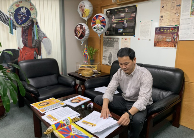 藏人行政中央台湾代表处向台湾立法委员及多国驻台使馆发出资料介绍中国插手班禅转世制度、11世班禅失踪情况等内容。还包括一些西藏书籍和国旗等。(藏人行政中央台湾代表处提供 / 拍摄日期不详)
