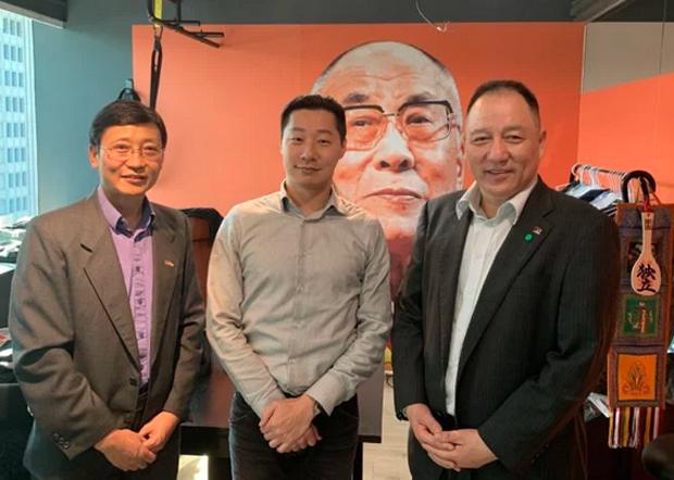 藏人行政中央台湾代表达瓦才仁(右)今年2月拜访林昶佐(中)支持此次的请愿活动。(藏人行政中央台湾代表处提供 / 拍摄日期不详)