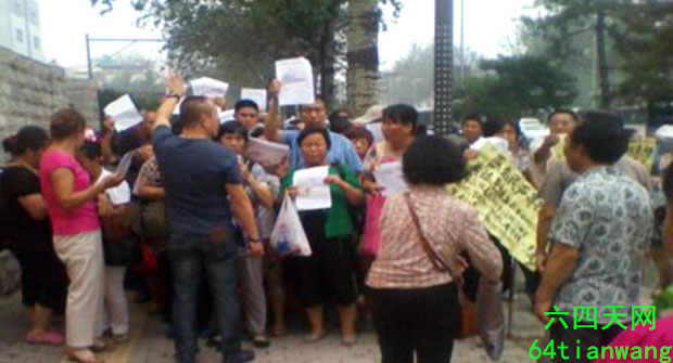 2014年7月31日,500访民在北京市体育馆等逾3小时仍未有巡视组人员接见,最后被警察驱逐离开。 (六四天网提供)