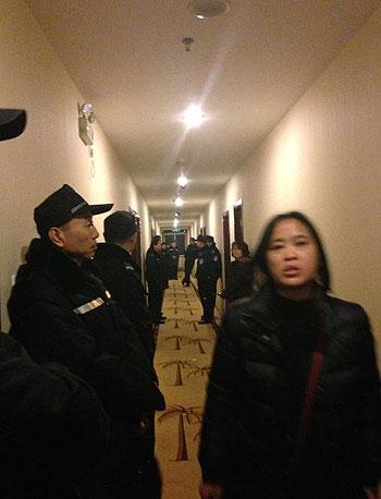 2013年3月2日,近二百名成都双流县维权出租车车主到北京上访期间,遭北京警方围堵于酒店内,双方一度僵持。(维权出租车车主提供)