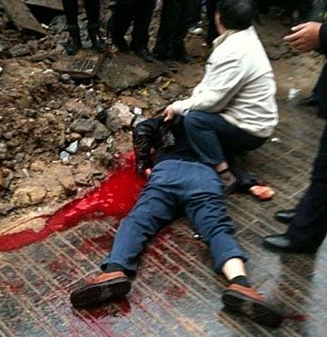 杜平被刀剌穿頸部,大量出血致死。(相片由網民天理提供)