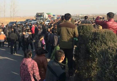 1月7日,河北省邯郸市曲周、馆陶、广平三个县的数百村民阻断高速公路,抗议化工厂长期违规排放有毒臭气,导致周边村庄患癌人数骤增。(村民提供)