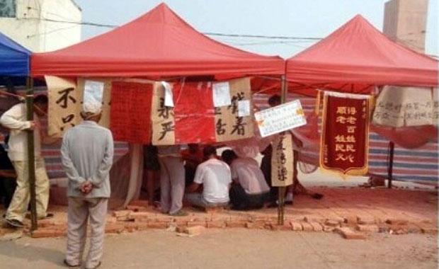 河北省武强县村民不满东北助剂公司长期造成环境污染,从8月中起,在其厂外搭起帐篷抗议。(村民摄)