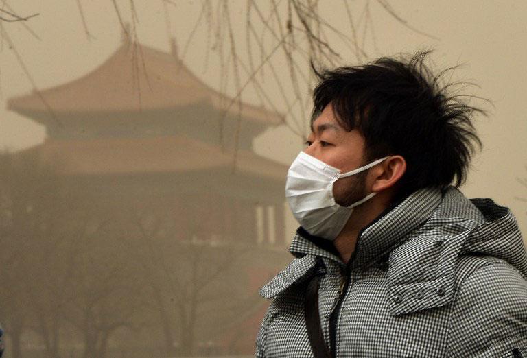 法新社圖片,2013年2月28日,北京再現霧霾,北京市氣象台時發布天氣預報稱,周四白天陰有霧霾轉晴有六七級北風,北京全境將由霧霾污染轉變為沙塵污染,空氣顏色由灰白轉為土黃。(AFP PHOTO/Mark RALSTON)