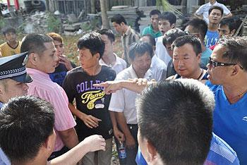 今年7月6日,深圳海灏华庭部份业主开动私家车堵塞大铲湾港区工地出入口,抗议污染环境。(业主李先生提供)