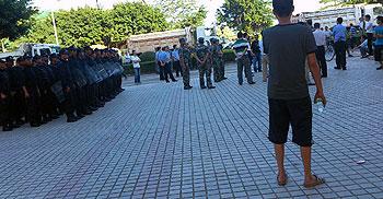 7月6日深圳业主抗议堵路后,大铲港湾区开出几十部泥头车堵塞小区出入口,大批防暴警到场。(业主李先生提供)