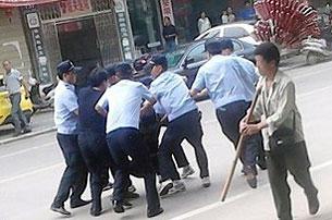 周三抗议期间,多名安徽慈湖村民被带走。(现场人士提供)