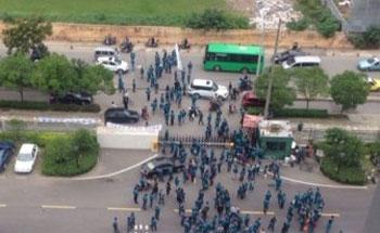 工人圍堵企業門外,企業派出多名保安守著大門,禁止工人闖入,雙方未有發生衝突。(相片由現場人士提供)