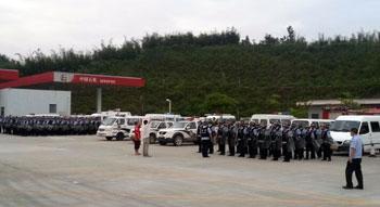 2013年9月29日,200多名警察在垃圾填埋場選址附近戒備。(西林村村民提供)